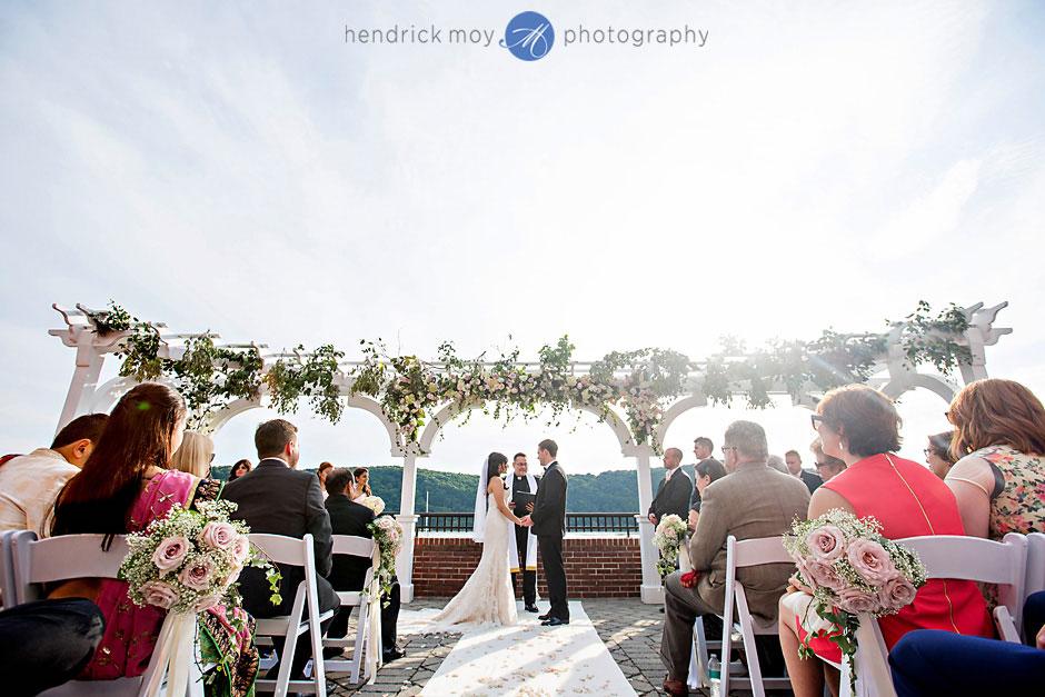 poughkeepsie grandview outdoor wedding ceremony hendrick moy photography