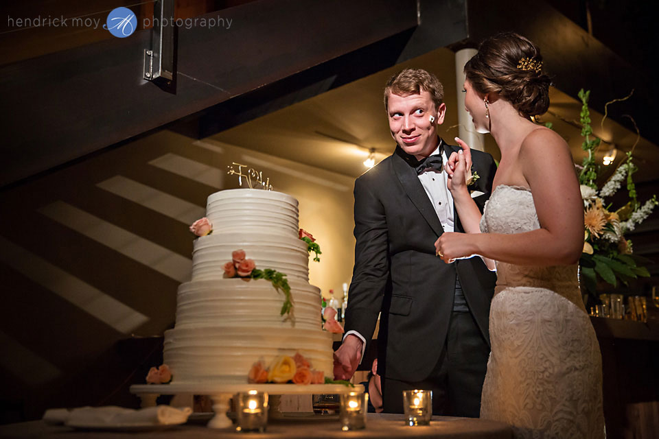 wedding photographer beacon ny roundhouse cake cutting